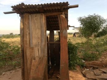 Letrina de la zona rural de Paraguay antes de la implementación del Programa de Agua Potable y Saneamiento para Comunidades Rurales e Indígenas (PR-L1022)