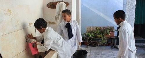 Qual a importância de água limpa e eletricidade para a educação?