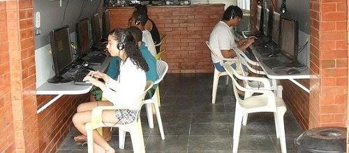 Com criatividade, favelas brasileiras driblam exclusão digital