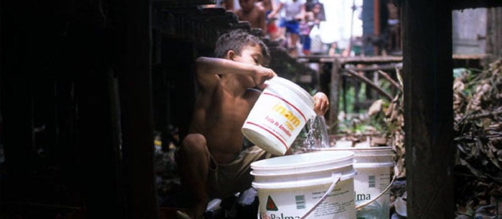 Como são fornecidos os serviços básicos de água e esgotamento sanitário na Amazônia rural?