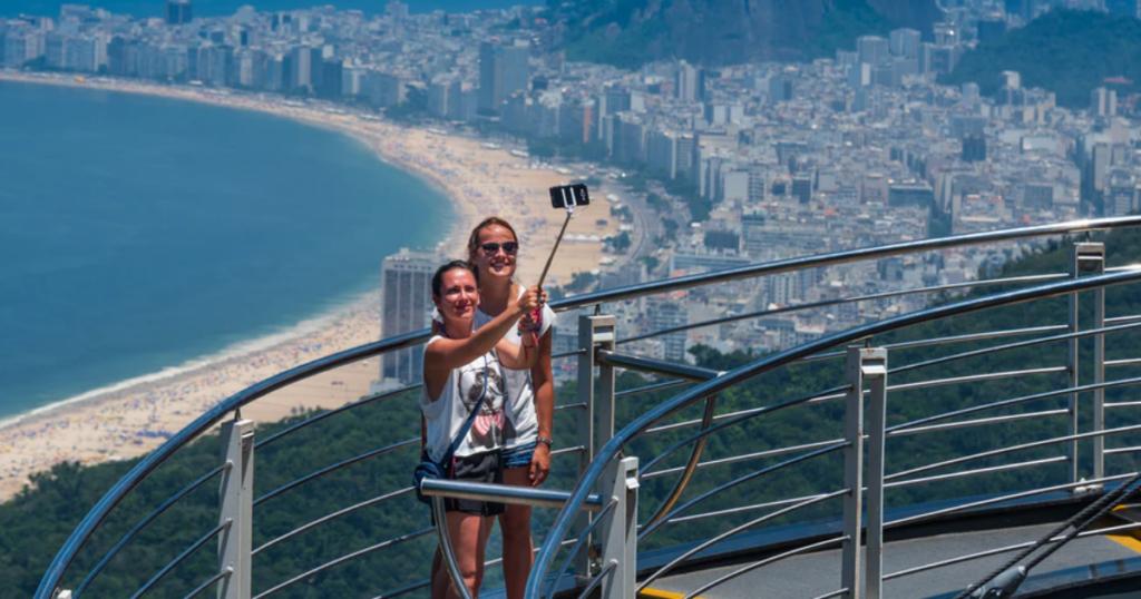 Turistas fazem selfie no Pão de Açucar