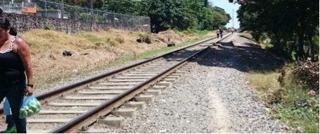 3 claves para cruzar las vías del tren y no morir en el intento