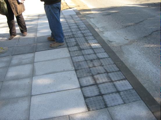 Obra de aplicación de pavimento táctil estandarizado para conducir y advertir sobre la presencia de un paso de peatones. Foto Acceplan