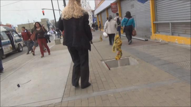 Una mujer ciego circula por una calle de Lima. Fuente: Acceplan