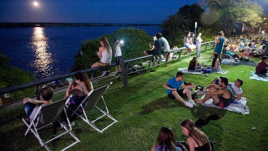 Asunción y Rosario: Dos maneras de potenciar los espacios públicos de noche