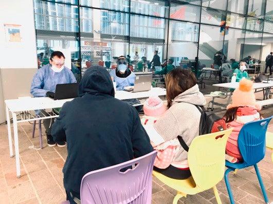 Vecinos completando los formularios para ser hisopados por el personal de Salud, derivados del operativo DETECTAR. Foto por Gobierno de la Ciudad de Buenos Aires