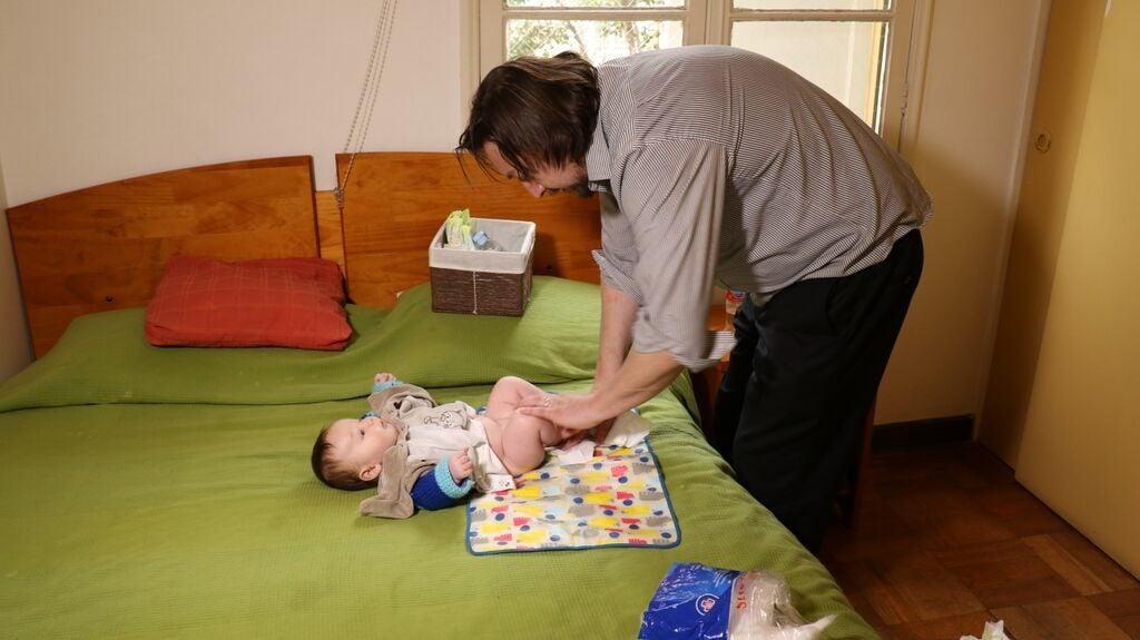 Licencias parentales para una participación masculina más activa en los cuidados