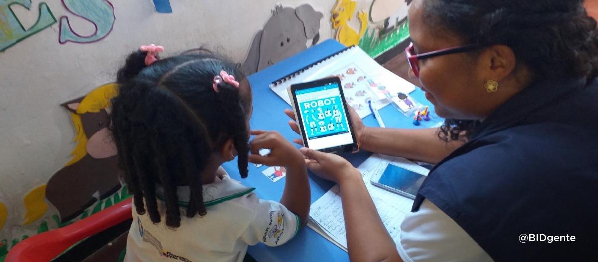 Agente de un programa de desarrollo infantil evalúa a niña de 5 años con una aplicación móvil