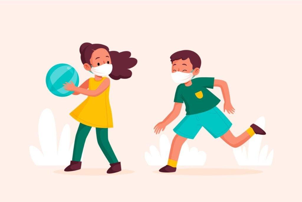 niña de 10 años con mascarilla protectora juega con un niño de 10 años con mascarilla y una pelota