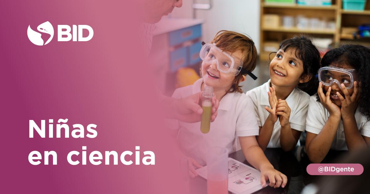 3 niñas de 6 años sonrien en un laboratorio de ciencia