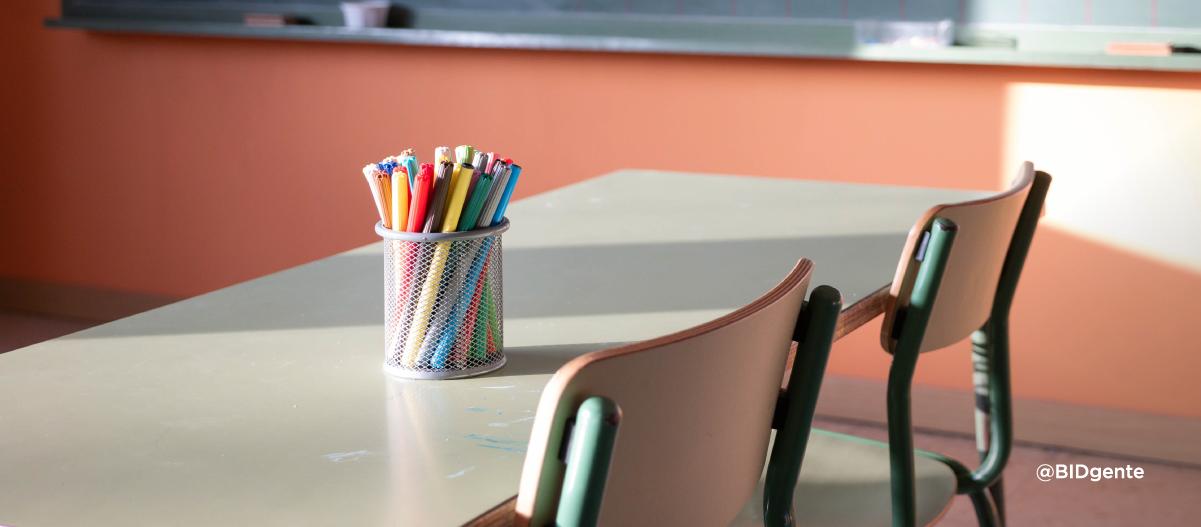 lapicero sobre una mesa en un aula infantil vacía