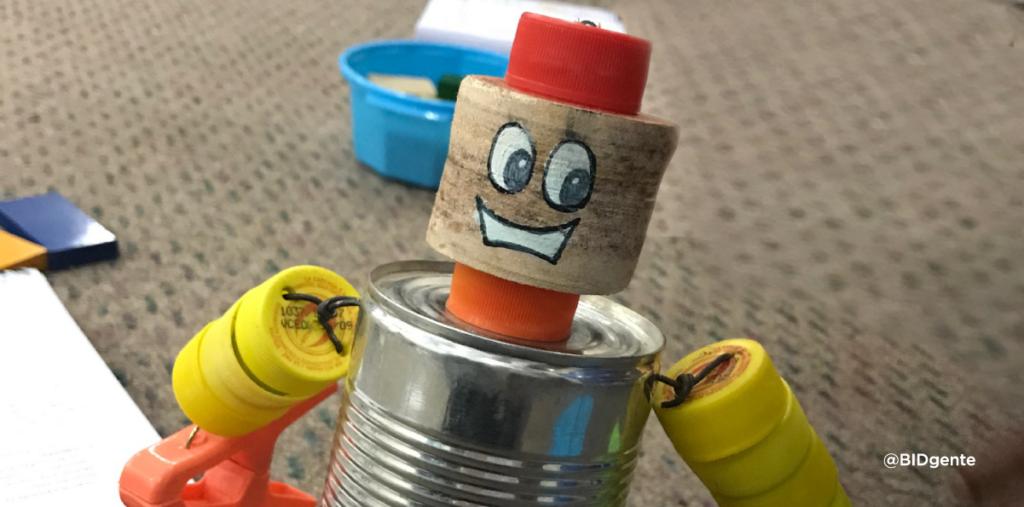 juguete casero elaborado con latas