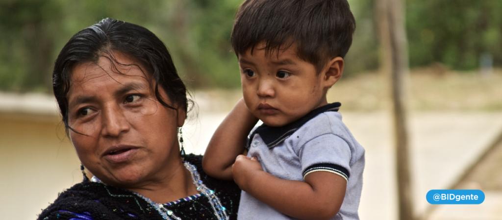 madre con su hijo de 4 años en brazos
