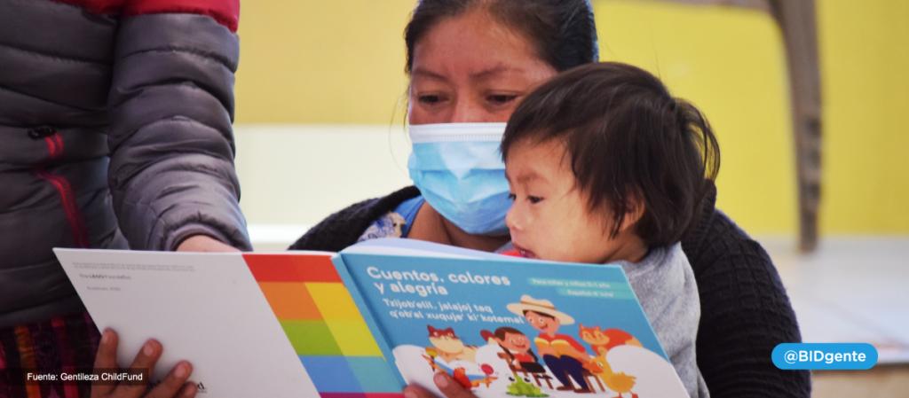 madre usando mascarilla protectora le lee un cuento a su hijo