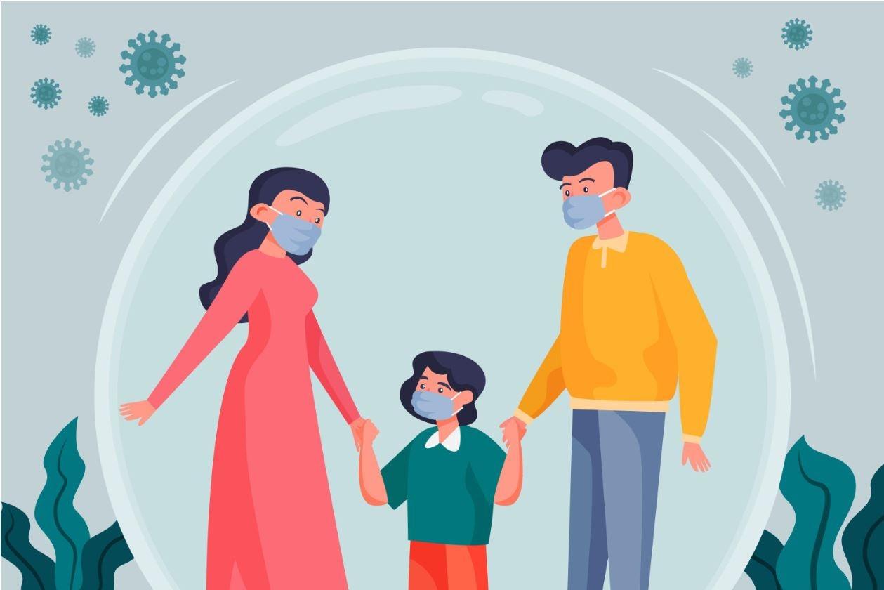 Niño y sus padres usando máscaras protectoras tomados de la mano