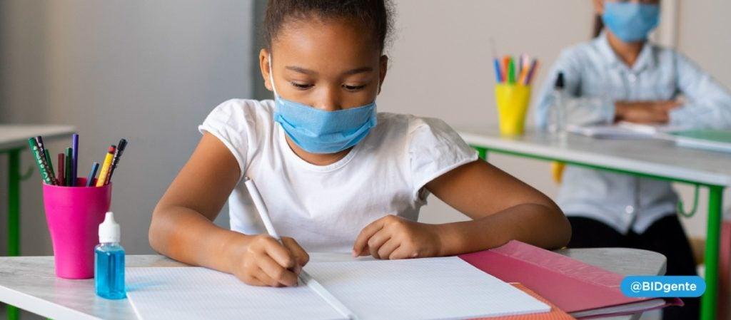 niña vuelve al jardín de infantes pandemia