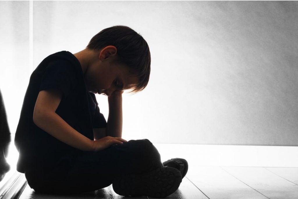 Niño triste castigos fisico maltrato infantil