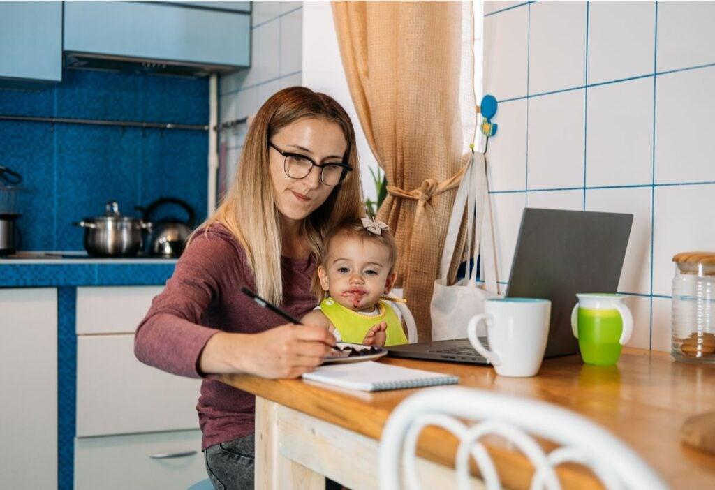 Madre con su hija parte de un porgrama apoyo a familias con dispositivos virtuales