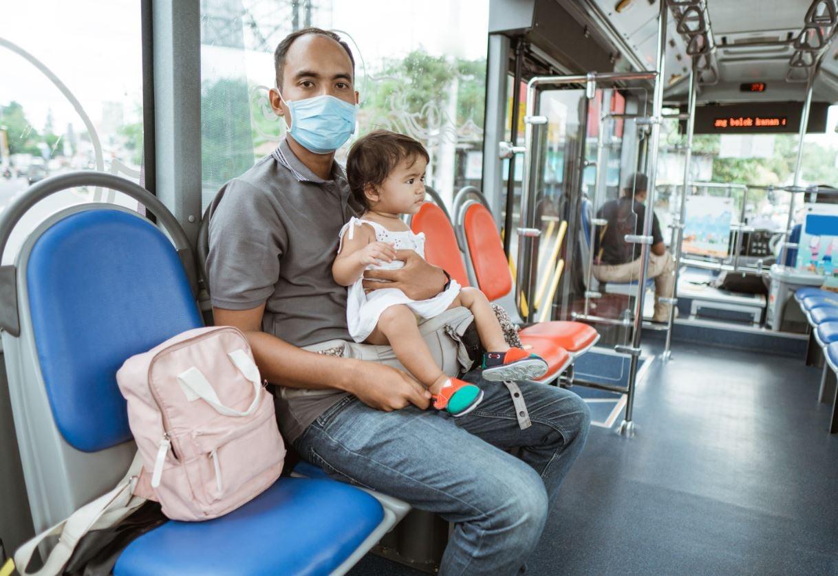 Un padre y su niña beneficiarios de transferencias condicionadas para el desarrollo infantil