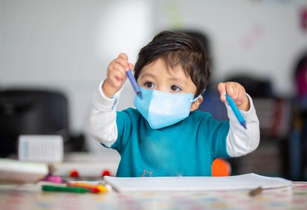 Un niño juega en un centro de cuidado infantil