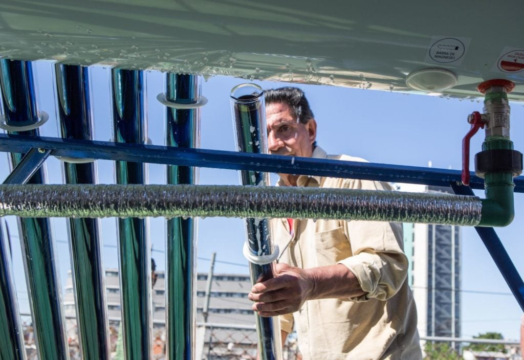 La energía renovable al alcance de todos: Calentadores solares en el Barrio 31