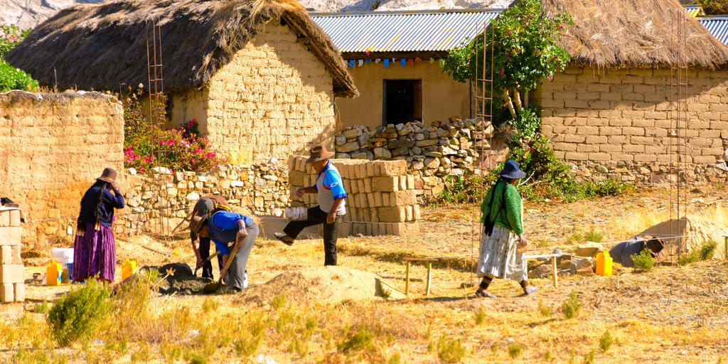 Mujeres trabajando en el campo- uso productivo electricidad