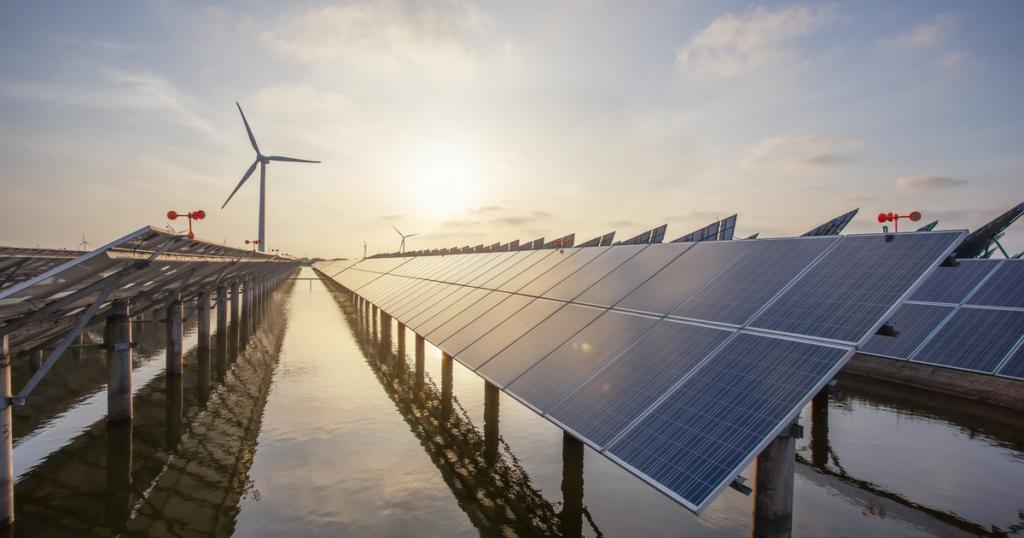 Paneles solares-un plan para alcanzar 70% de energía renovable