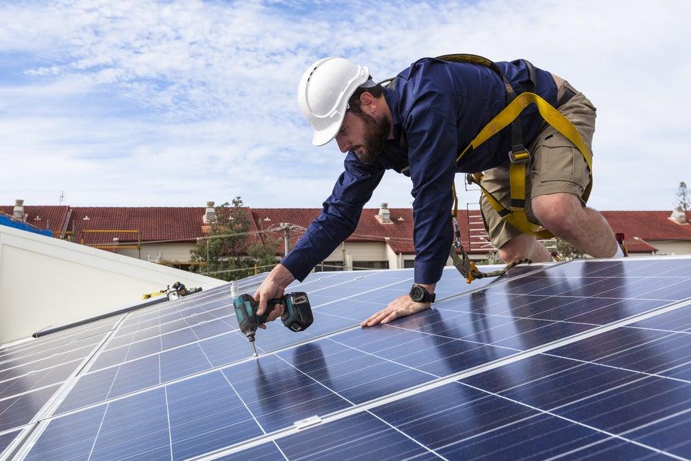 Cuando la energía solar reduce los costos y las emisiones