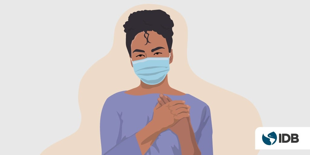 Afro-descendant women wearing a mask.