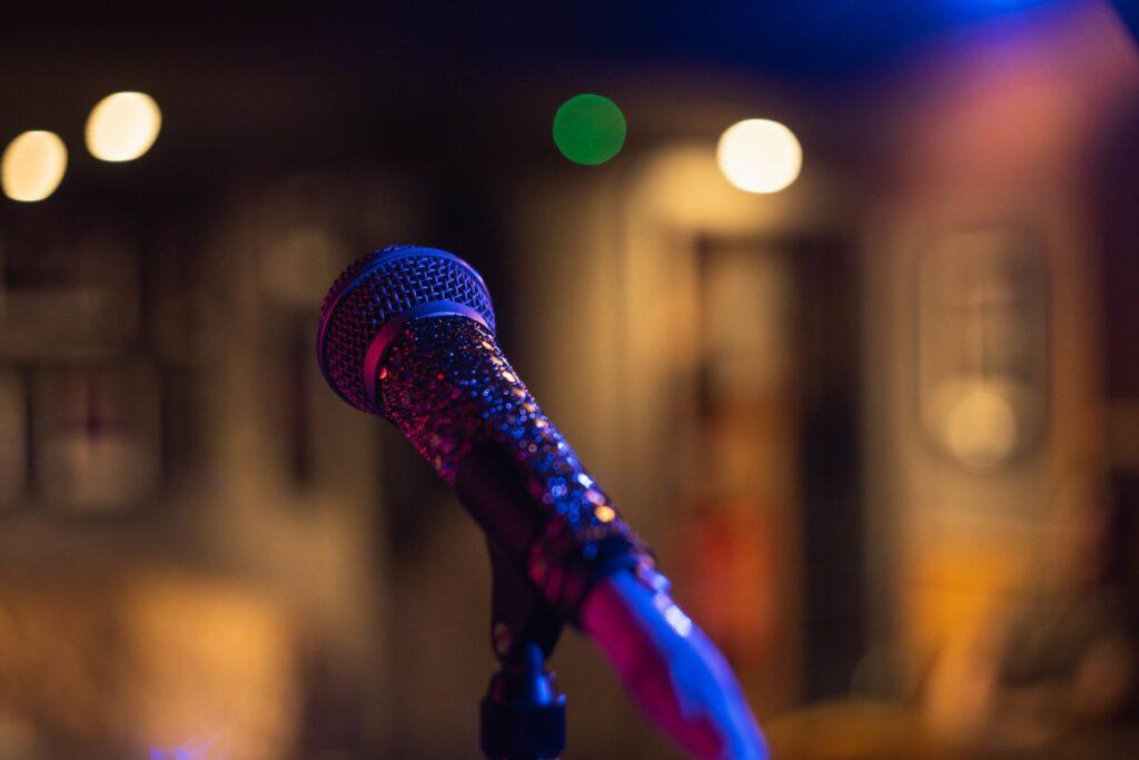 Microfono en una habitación vacía