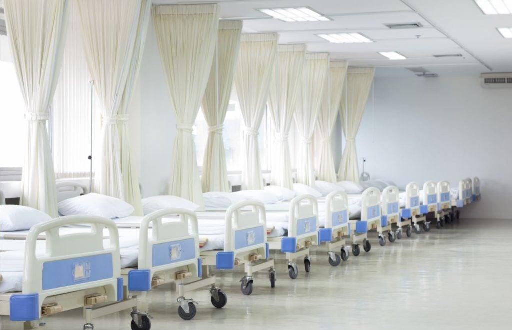 camas alineadas en un hospital