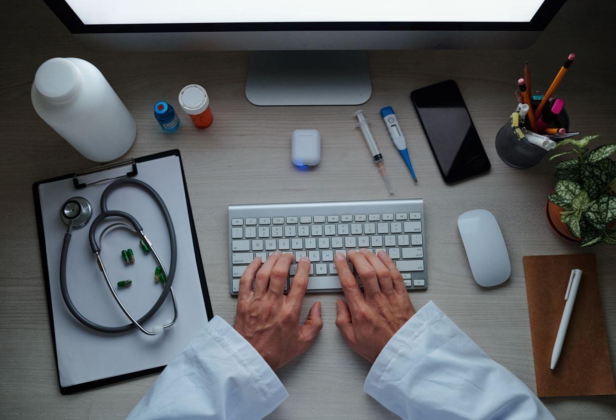 Un médico estudia para ser especialista en salud digital