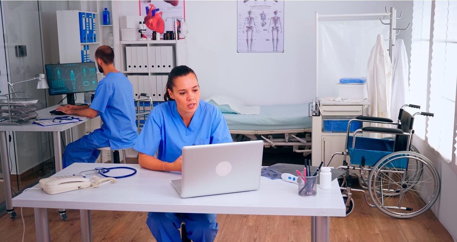 Dos medicos trabajan en interoperabilidad en salud