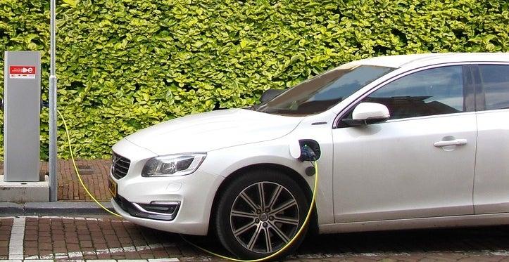 ¿Los vehículos eléctricos realmente reducen las emisiones de carbono?