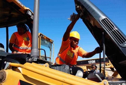 Mujeres haitianas trabajan en construcción y transporte