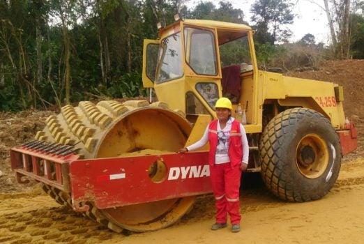 Mujeres manejando maquinaria pesada