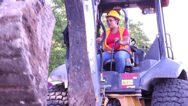 Mujeres capacitadas para construir carreteras: un proyecto pionero en Honduras
